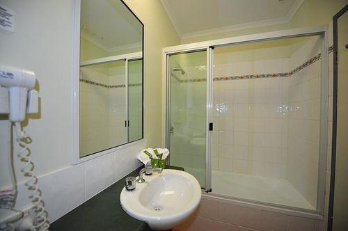 Guestroom - Coral Tree Inn