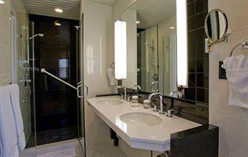 - Washington Square Hotel